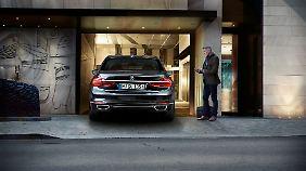 Der 7er BMW kann als Option auch schon selbständig, ohne Fahrer einparken.