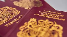 Blau statt bordeauxrot: Briten bekommen alten Pass zurück