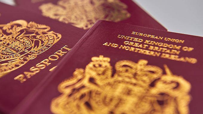"""Erst verschwindet der Schriftzug """"European Union"""", dann ändert sich die Farbe des Passes. Das Innenministerium spricht von """"nationaler Identität""""."""