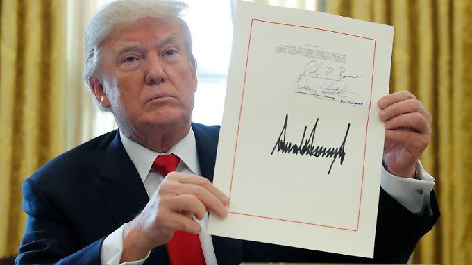 US-Präsident Donald Trump unterzeichnet sein neues Steuergesetz.