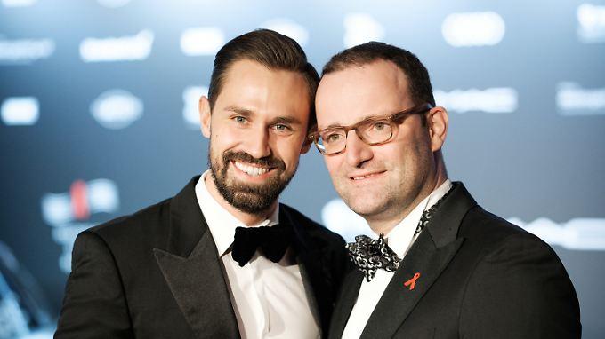 Jens Spahn (r) mit seinem Ehemann Daniel Funke.