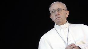 """Hochpolitische Weihnachtsbotschaft: Papst beklagt """"Kriegsstürme"""" auf der Welt"""