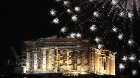 Feuerwerk über dem Parthenon-Tempel auf der Akropolis in Athen.
