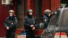 Polizisten vor der Süßwarenfabrik.