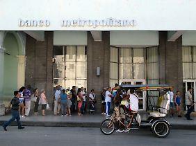 Besser auf der sicheren Seite sein: Vor der staatlichen Bank in der Galiano-Straße in Havanna hat sich eine lange Schlange gebildet.