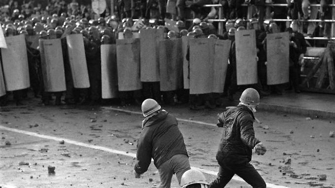 1968 in Tokio: Studenten liefern sich gewalttätige Auseinandersetzungen mit der Polizei.