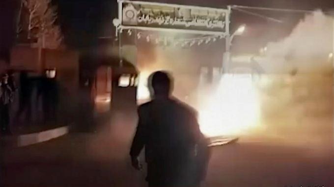 Screenshot eines Videos, das gestern durch die sozialen Medien ging. Es soll den Angriff auf eine Polizeistation zeigen.