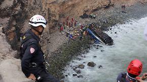 """Fast 50 Tote in Peru: Bus stürzt in """"Teufelskurve"""" 100 Meter in die Tiefe"""
