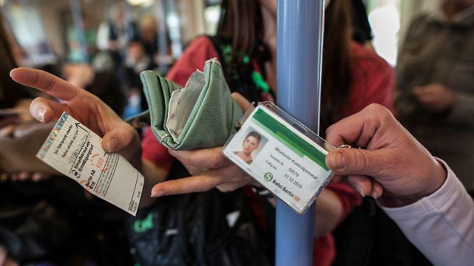 Wer bei einer Kontrolle kein gültiges Ticket vorzeigen kann, muss mindestens eine Strafe zahlen.