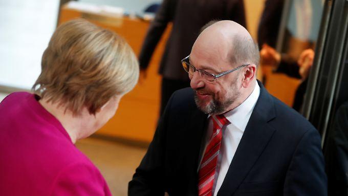 Auftakt der Sondierungen: Martin Schulz begrüßt Angela Merkel im Willy-Brandt-Haus.