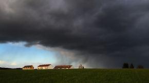Verbreitet zarte Plusgrade: Regenstreifen fällt in die Nacht