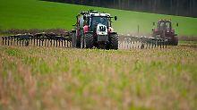 Landwirte setzen Gülle häufig als Dünger auf ihren Feldern ein.