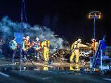 Auto in Schwertransport gerast: Zwei Menschen sterben bei Unfall auf A6