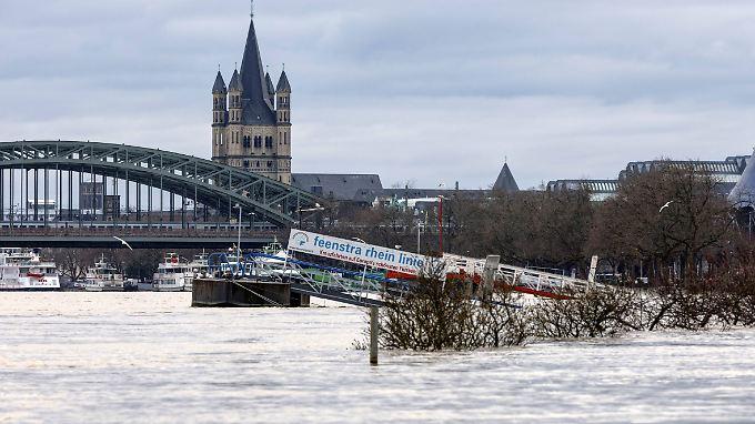 Hochwasser am Rheinufer in Köln.