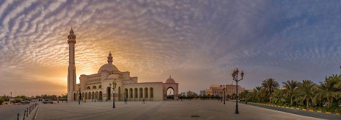 Bahrain zeigt Kulissen schicker arabischer Moderne - wie die prächtige Al-Fatih-Moschee im Abendlicht.