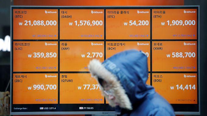 In einem Schaufenster in Seoul können Fußgänger die aktuellen Kurse der Digitalwährungen sehen.
