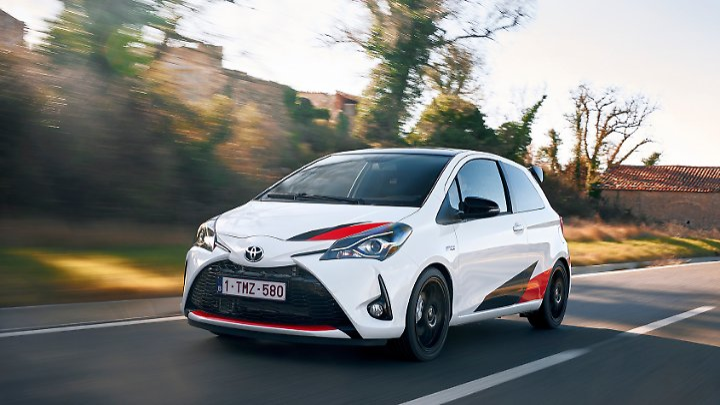 Mit 231 km/h in der Spitze kann man mit dem Toyota Yaris auf der Autobahn die dicken Dinger ärgern.