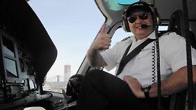 Helikopterpilot Vagopow zeigt den Touristen die Sehenswürdigkeiten New Yorks.
