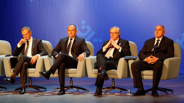 Die EU zu Gast in Polen: Ratspräsident Donald Tusk (L.), Bulgarien Präsident Rumen Radew, EU-Kommissionspräsident Jean-Claud Juncker und Bulgarien Premier Bojko Borrisow bei der Zeremonie zum Auftakt des bulgarischen Ratsvorsitzes.