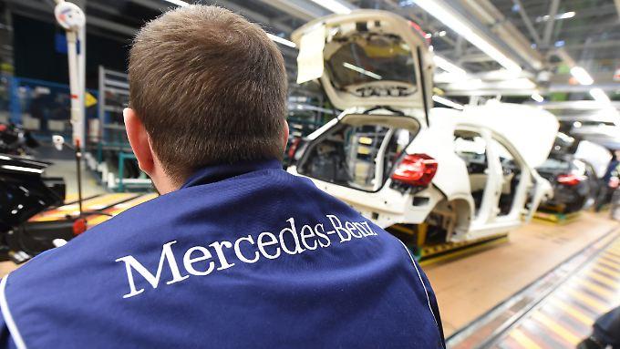Obwohl auch die Konkurrenz Rekordzahlen meldet, hat Mercedes auch 2017 die Nase vor.