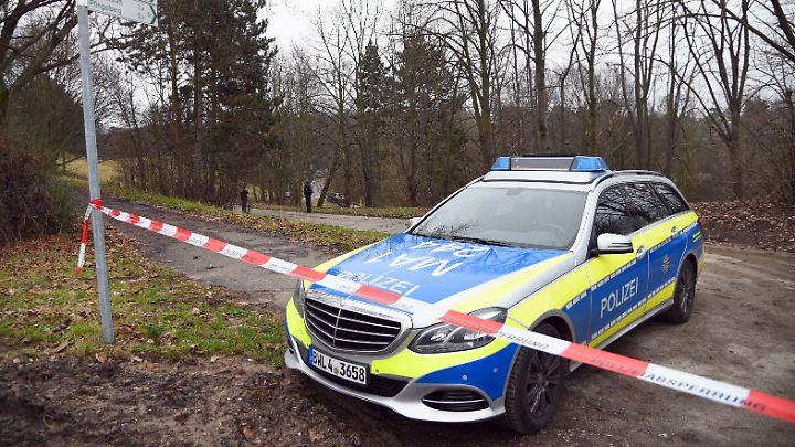 Den Fundort in einem Waldgebiet in der Nähe des Pfingstbergweihers sperrte die Polizei ab.