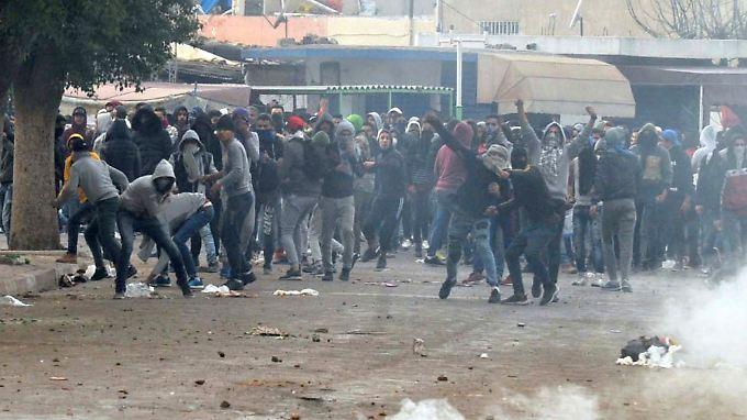 Sieben Jahre nach der Revolution gehen Menschen in Tunesien, wie hier in Tebourba, wieder auf die Straße - gegen steigende Preise und Steuererhöhungen.