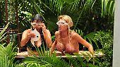 Die Mädels haben es derweil nicht besser: Kattia (l.) und Giuliana baden in Fischabfällen und ...