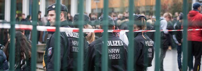 Einsatzkräfte der Polizei vor der Schule an der Dammwiese.