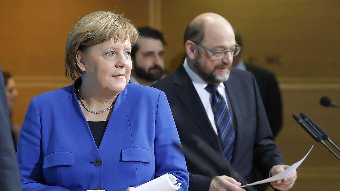 An der einen wird gemäkelt, der andere steht unter Beschuss: Merkel und Schulz.