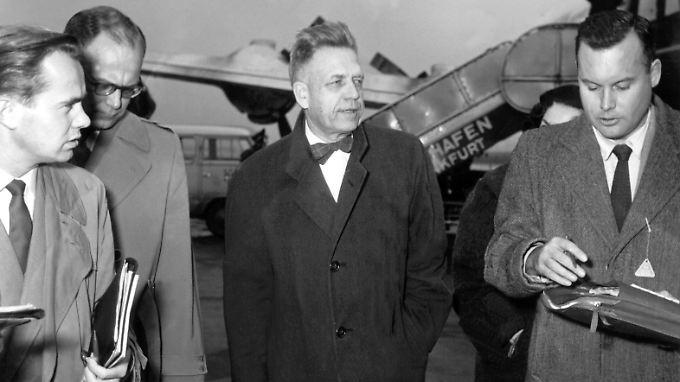 Alfred Kinsey (Mitte) wird 1955 von Journalisten am Frankfurter Flughafen befragt. In den puritanischen USA schlugen seine Berichte ein wie eine Granate.