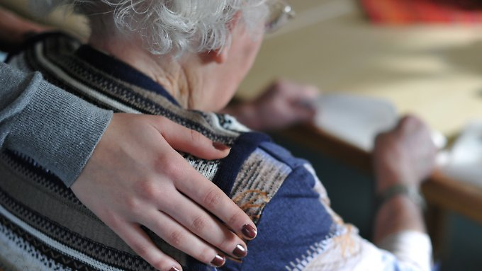 In Deutschland leben etwa 3 Millionen Pflegebedürftige - Tendenz steigend.