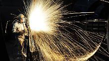 Ein Arbeiter des chinesischen Öl- und Gasunternehmens Offshore Oil Engineering schneidet in Qingdao ein Bauteil zurecht.