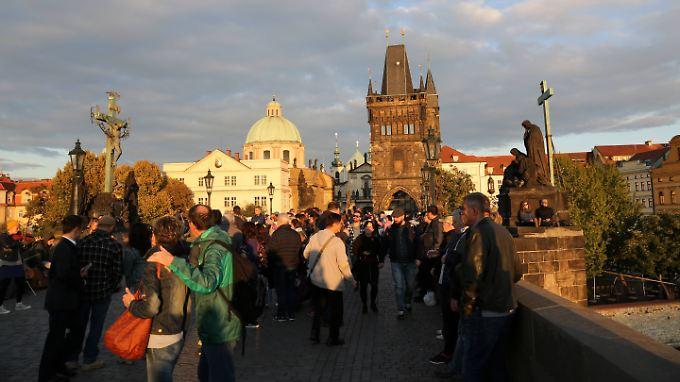 Gewimmel auf der Karlsbrücke in Prag - auch sie ist fast immer voller Touristen.
