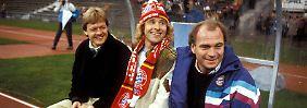 Entertainer Thomas Gottschalk lässt sich - zumindest kurzfristig - auf der Bank des FC Bayern nieder. Und füllt sogar einen Mitgliedsantrag für den Klub aus, zahlt aber nicht.