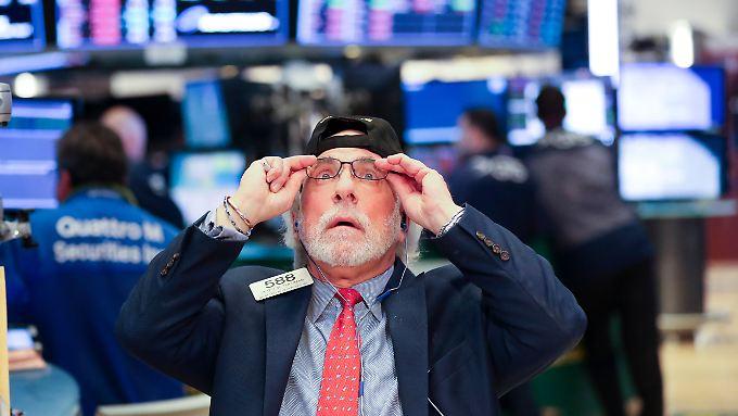 Viele Aktienhändler glauben ihren Augen kaum, als sie den größten Tagesverlust in der Geschichte des US-Leitindex Dow Jones auf den Anzeigetafeln sehen.