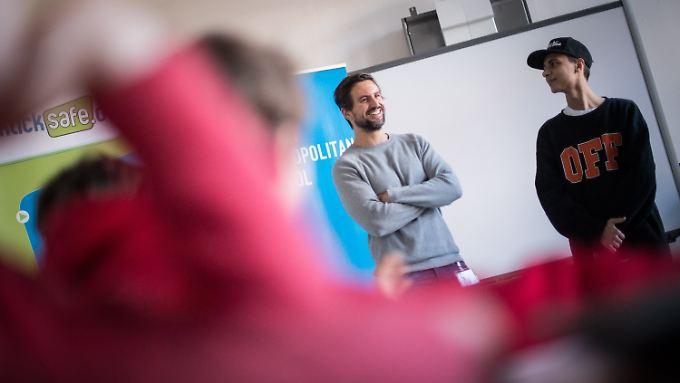 Lukas Rieger sprach am Safer Internet Day mit Jugendlichen über die Gefahren im Netz.