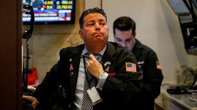 Wenn es am Hals plötzlich eng wird: Der Kursrutsch vom Vortag hat viele Anleger auf dem falschen Fuß erwischt.