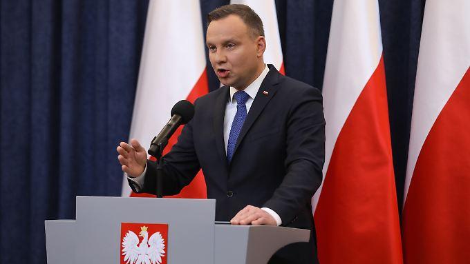 """Polens Präsident Duda unterzeichnet das umstrittene """"Holocaust-Gesetz""""."""