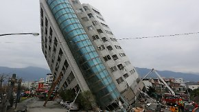 Tote, Verletzte und Vermisste in Taiwan: Starkes Erdbeben lässt Wohngebäude zur Seite kippen
