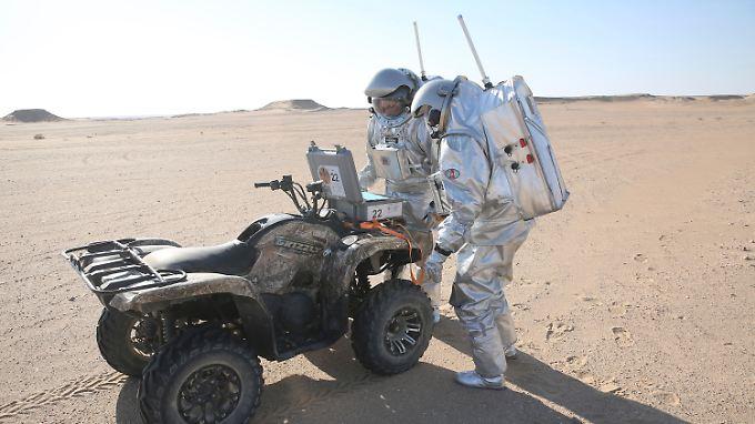 Sand, Felsen, abwechselnd steile und sanfte Hügel - in der Wüste Omans sieht es ein bisschen so aus wie auf dem Mars.