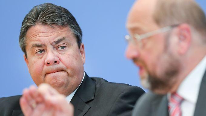 """Sigmar Gabriel und der """"Mann mit den Haaren im Gesicht""""."""