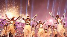 ... Tänzer in futuristischen Kostümen bestreiten die Show und ...
