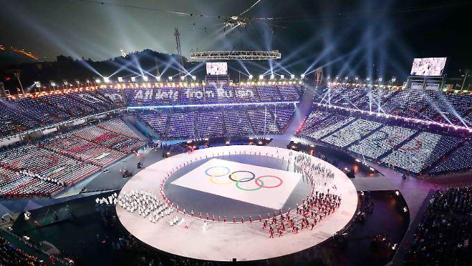 """Olympia-Eröffnung mit Pfiff - auch für die """"Olympischen Athleten aus Russland""""."""