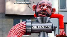 Düsseldorf: Die GroKo steht, Karneval kann kommen. Union und SPD haben es geschafft, vor den närrischen Tagen mit den Koalitionsverhandlungen fertig zu werden. Aber es gab Opfer.  Kaum erstaunlich, dass die Wagenbauer hier in Düsseldorf den Kämpfen der vergangenen Tage besonders viel Aufmerksamkeit schenken. Da ist natürlich als Erstes Noch-SPD-Chef Martin Schulz zu nennen, der sich in der vergangenen Woche selbst durch den Wolf gedreht hat.