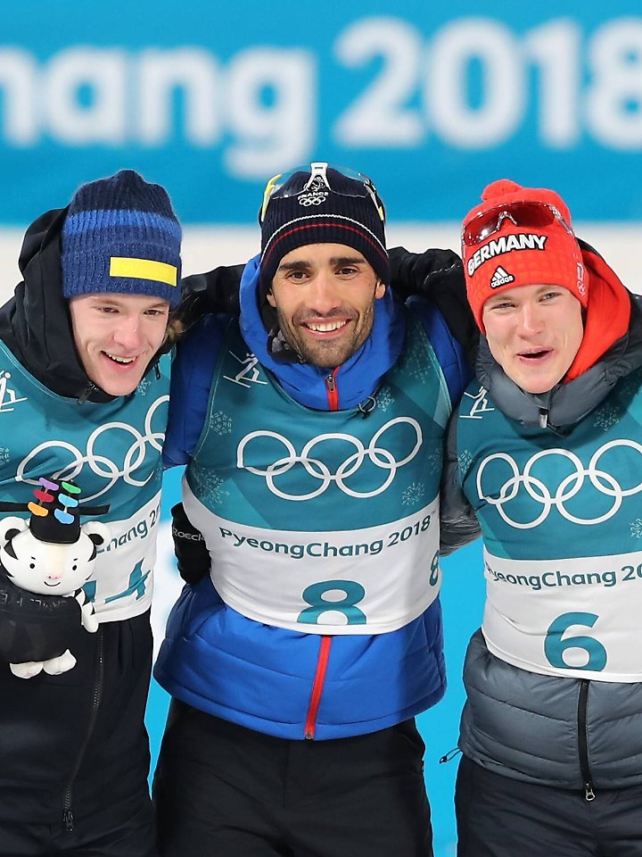 Auf den letzten Metern zieht der Schwede Samuelsson noch vorbei, Olympia-Gold geht an den Franzosen Fourcade in der Mitte. Und rechts, klar: Benedilkt Doll.