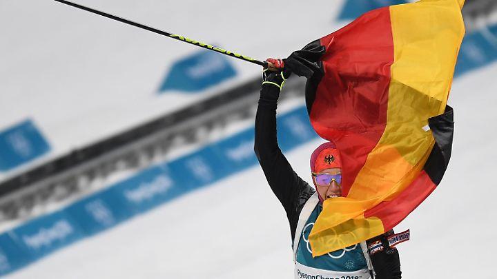 Nach lockerer Schlussrunde im Ziel: Laura Dahlmeier.
