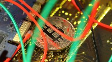 Der Börsen-Tag: Während Bitcoin & Co. wieder fallen, zieht ein Konkurrent massiv an