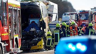 Tödlicher Auffahrunfall in Hessen: 40-Tonner kracht in Reisebus