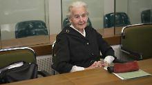 Ursula Haverbeck, hier im Oktober 2017, wurde wegen Volksverhetzung erstmals rechtskräftig zu einer Haftstrafe ohne Bewährung verurteilt.