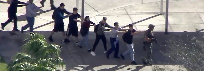 Diese Schüler werden von Sicherheitskräften aus der Schule geführt.
